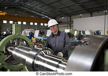 Técnico asiático en taller de herramientas
