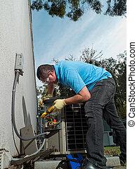 Técnico de mantenimiento con aire acondicionado masculino