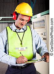 Técnico industrial masculino trabajando