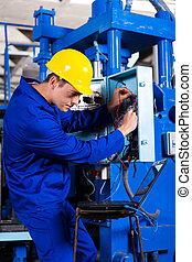 Técnico industrial reparando máquina computarizada