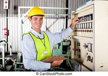 Técnico instalando una máquina industrial