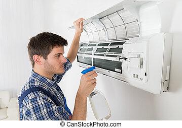 Técnico masculino limpiando aire acondicionado