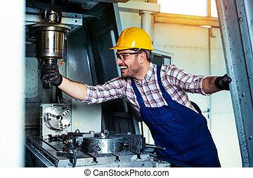 Técnico mecánico de la fábrica de herramientas