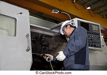 Técnico mecánico de la máquina Cnc
