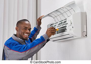 Técnico reparando aire acondicionado