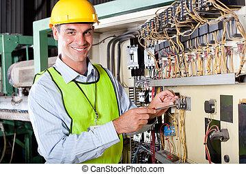 Técnico reparando máquinas industriales