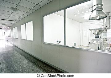 Técnicos trabajando en la línea de producción farmacéutica