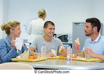 tabla, colegas, su, comida, alrededor, sándwiches, staffroom