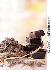 Tabla de chocolate artesanal rota con porciones y trozos verticales