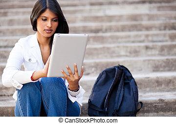tableta, computadora, estudiante universitario, aire libre, utilizar