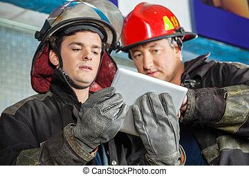 tableta, fuego, bomberos, estación, digital, utilizar, macho