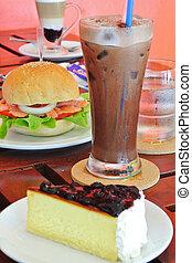 Tarta de queso azul y hamburguesa y café en el desayuno