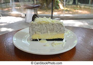 Tarta de queso de chocolate blanco en un plato blanco