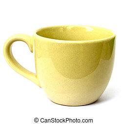 Taza amarilla vacía para café o té aislados en fondo blanco