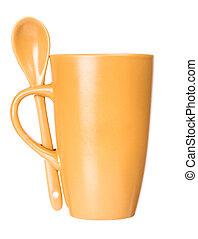 Taza naranja con cuchara en blanco para café o té aislado en fondo blanco