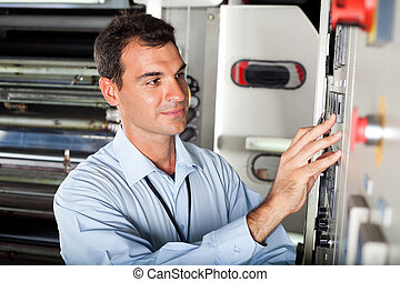 Tecnicismo instalando máquinas industriales