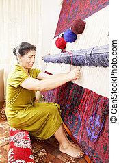Tejedor de alfombra sonriente