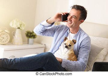 teléfono, cama, hombre, perro, hablar