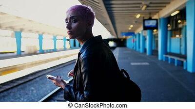 teléfono, esperar, móvil, mientras, utilizar, tren, 4k, mujer
