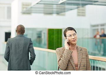 teléfono, mujer de negocios, hablar