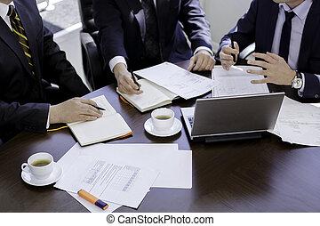 tener, grupo, gente, discutir, cortado, manos, oficina, laptop., imagen, tabla, trabajando, empresa / negocio