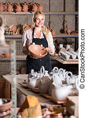 teniendo, hembra, feliz, taller, artesano, cerámica