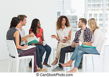 Terapeuta hablando con un grupo de rehabilitación