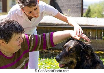 Terapia asistida animal con un perro