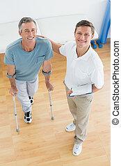 Terapia y paciente discapacitado con informes en el hospital de gimnasia