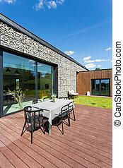terraza de madera con muebles de jardín