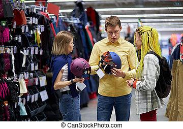 tienda, cascos, yendo, tres, bicicletas, ropa de deporte, amigos, caucásico, comprar