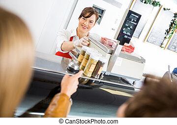 tienda, clientes, vendedora, mostrador, carnicero, asistir