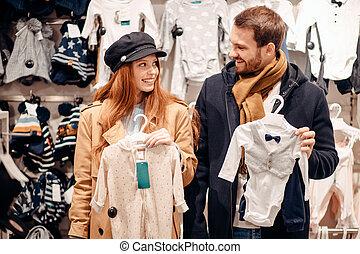 tienda, joven, ropa, pareja, bebé, caucásico, mirar