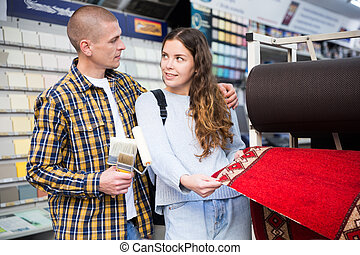 tienda, pareja, materiales, alfombra, escoger