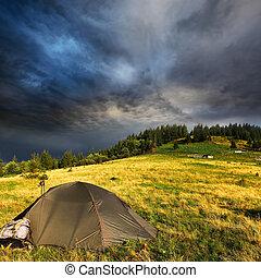 Tienda turística y nubes de tormenta