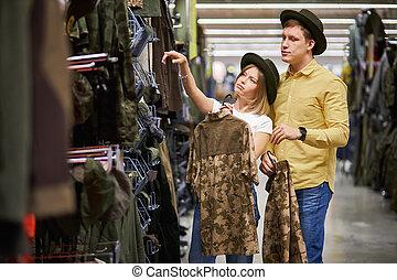 tienda, viajeros, joven, agradable, retrato, pareja
