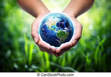 Tierra en manos, fondo de hierba