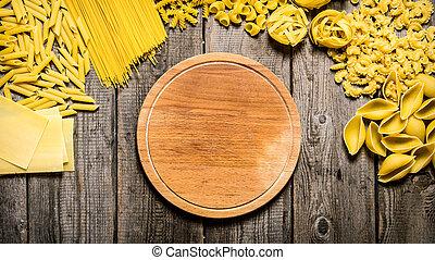 Tipos mezclados de pasta y espagueti con un plato vacío.