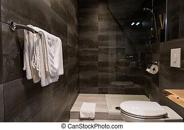 Toalla blanca en una percha preparada para usar en el baño.