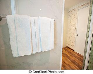 Toalla blanca limpia en una percha preparada