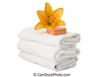 Toalla blanca y jabón aislados