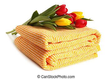 Toalla de baño con tulipanes frescos