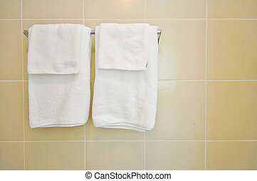Toalla de baño, toalla blanca en una percha preparada para usar