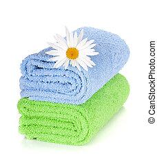 Toallas azules y verdes y flores de manzanilla