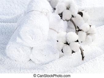 toallas blancas de algodón con planta de algodón