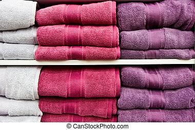 Toallas blancas y púrpuras