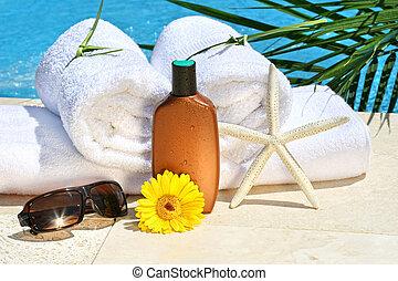 Toallas de spa blancas junto a la piscina