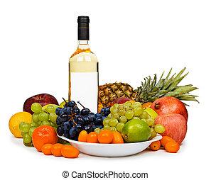 Todavía la vida - botella de vino blanco entre frutas en blanco