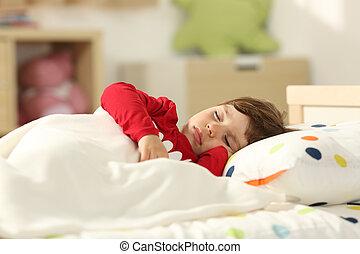 Toddler durmiendo en una cama