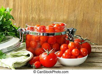 Tomates encurtidos con hierbas